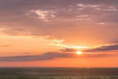 Cielo e Forest Silhouette Colourful al tramonto fotografia stock libera da diritti