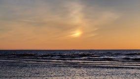 Cielo e mare arancio di tramonto dell'arcobaleno Immagini Stock Libere da Diritti