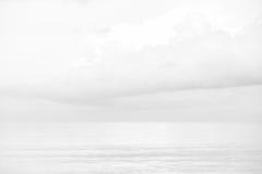 Cielo e mare bianchi Fotografia Stock