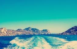 Cielo e montagne del mare immagini stock libere da diritti