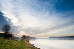 Cielo e nebbia drammatici sopra il lago Immagine Stock Libera da Diritti
