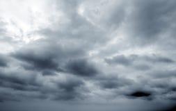 Cielo e nubi scure fotografia stock