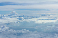 Cielo e nuvole che guardano la finestra dell'aeroplano della forma Fotografia Stock