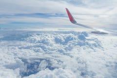 Cielo e nuvole che guardano la finestra dell'aeroplano della forma Immagine Stock