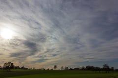 cielo e nuvole del foehn nel mese novembre di autunno Immagine Stock
