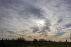 cielo e nuvole del foehn nel mese novembre di autunno Immagini Stock Libere da Diritti