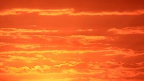 Nuvole rosse ed alba Immagini Stock