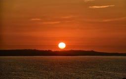 Cielo e Pale Sun rossi Immagini Stock Libere da Diritti