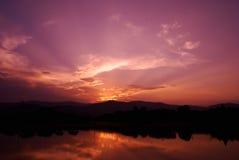 Cielo e raggio di sole della nuvola con il lago Fotografia Stock Libera da Diritti
