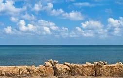 Cielo e rocce del mare Fotografia Stock
