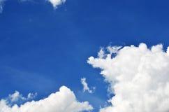 Cielo e sole con le nuvole Immagini Stock