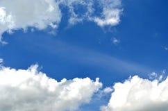 Cielo e sole con le nuvole Immagini Stock Libere da Diritti