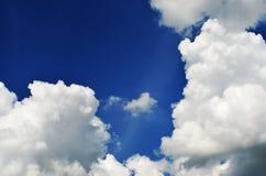 Cielo e sole con le nuvole Fotografie Stock Libere da Diritti