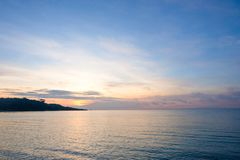 Cielo ed acqua perfetti dell'oceano, luce del sole del bokeh con l'onda molle Fotografie Stock