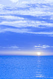 Cielo ed oceano tonificati blu di tramonto. Fotografie Stock
