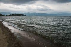 Cielo ed onde blu scuro sul lago prima della tempesta Baikal, Russia Immagine Stock Libera da Diritti