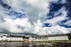 Cielo ed uccello drammatici sopra Laphroaig fotografia stock libera da diritti