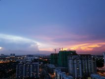 Cielo en colores pastel dramático de la tarde sobre el paisaje urbano de Johor Bahru, Malasia Fotografía de archivo