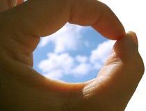 Cielo en el agujero de la mano imagen de archivo libre de regalías