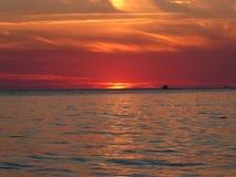 Cielo en el fuego - el sol se va poco antes para el día imagen de archivo