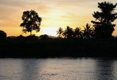 Cielo en hermoso colorido de la nube de la puesta del sol con la silueta Imagen de archivo libre de regalías