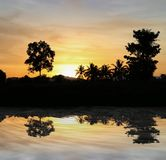Cielo en hermoso colorido de la nube de la puesta del sol con la silueta Fotos de archivo