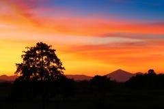 Cielo en hermoso colorido de la nube de la puesta del sol con el movimiento t de la silueta Fotos de archivo