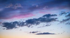 Cielo en la puesta del sol de las nubes Fotos de archivo