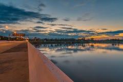 Cielo en la reflexión del agua de la puesta del sol Fotografía de archivo libre de regalías