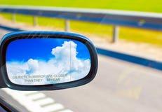 Cielo en un espejo de coche fotos de archivo