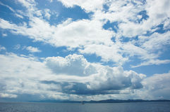 Cielo enorme sobre el mar adriático chispeante en Croacia Fotos de archivo