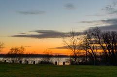 Cielo escénico sobre el río en el tiempo de la puesta del sol Visión desde la orilla Imagenes de archivo