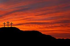Cielo con las cruces - salida del sol, puesta del sol de Pascua Imagen de archivo