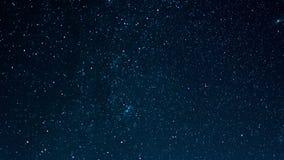 Cielo estrellado con las estrellas fugaces, lapso de tiempo almacen de metraje de vídeo