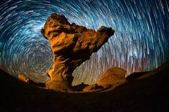 Cielo estrellado con los rastros de la estrella fotos de archivo libres de regalías