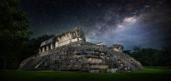 Cielo estrellado de la noche galáctica sobre la ciudad maya antigua de Palenqu Imagen de archivo