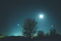 Cielo estrellado del invierno en el pueblo Imagen de archivo