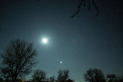 Cielo estrellado del invierno en el pueblo Imagen de archivo libre de regalías