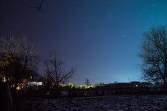 Cielo estrellado en el invierno en el pueblo Imagen de archivo libre de regalías
