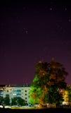 Cielo estrellado sobre la ciudad fotografía de archivo