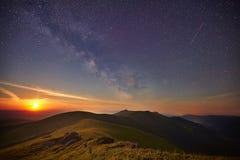 Cielo estrellado sobre las montañas del verano imagenes de archivo