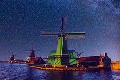 Cielo estrellado sobre los molinoes de viento holandeses del canal en Rotterdam Foto de archivo libre de regalías