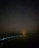 Cielo estrellado sobre un lago Imagen de archivo libre de regalías