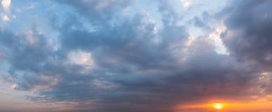 Cielo fantastico di tramonto a colori dalla porpora all'arancia Fondo del cielo dalle nuvole drammatiche Colpo di panorama immagini stock