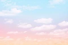 Cielo favoloso del fondo con le nuvole Immagini Stock