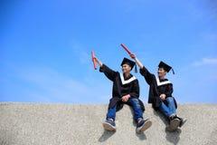 Cielo feliz de la mirada del estudiante de graduados Imágenes de archivo libres de regalías