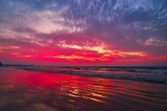Cielo Flamy sopra la baia del Bengala, Chaung Tha, Myanmar immagini stock