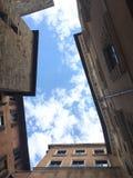 Cielo fra le costruzioni Immagini Stock Libere da Diritti