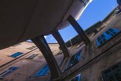 Cielo fra le pareti ed i ponti Fotografia Stock