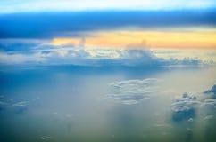 Cielo giallo con le nuvole blu durante l'alba Fotografie Stock Libere da Diritti